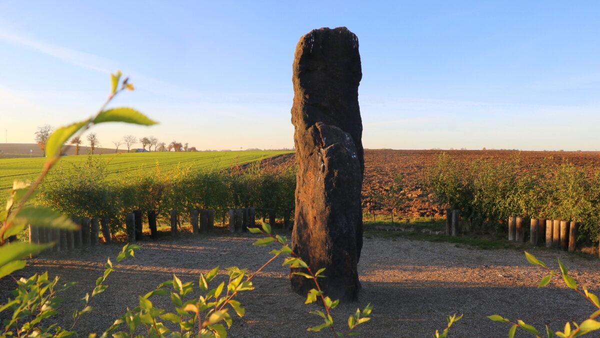 Megalitická stavba vČR: menhir u Klobuků?