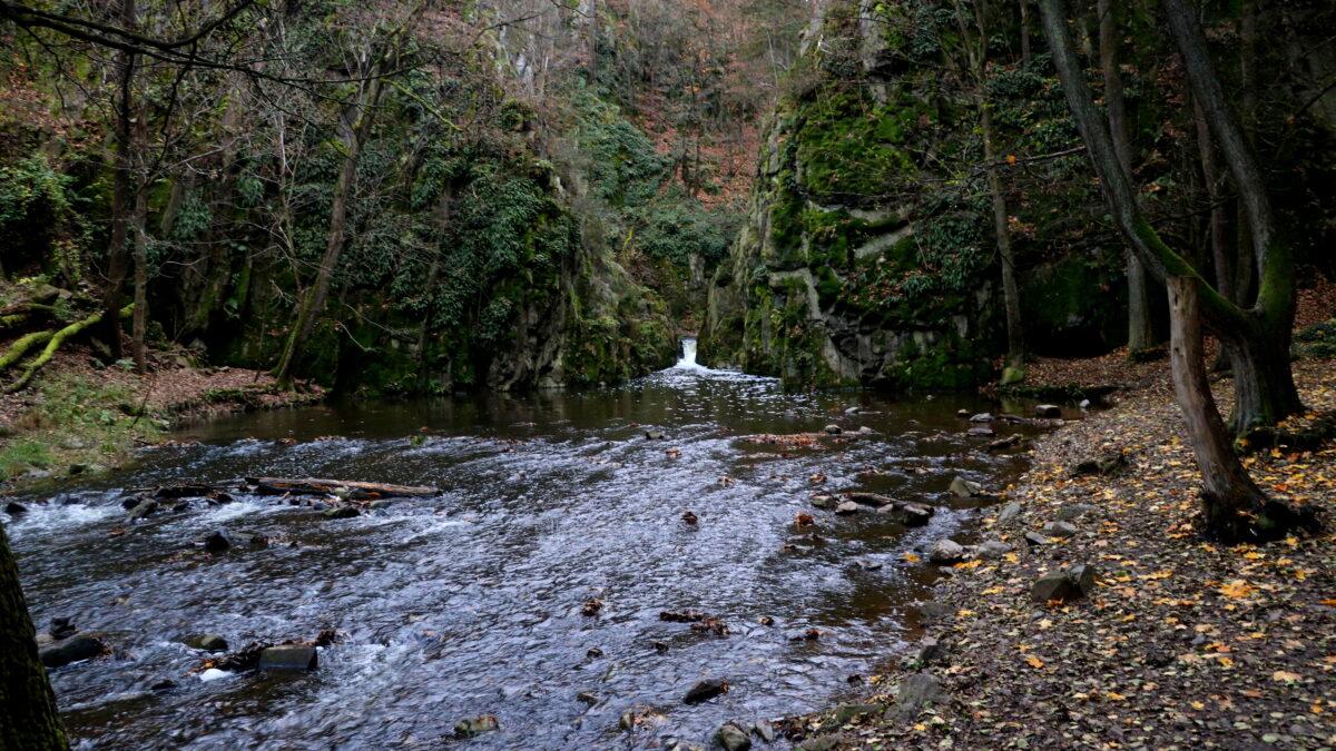 Skryjská jezírka a malý vodopád